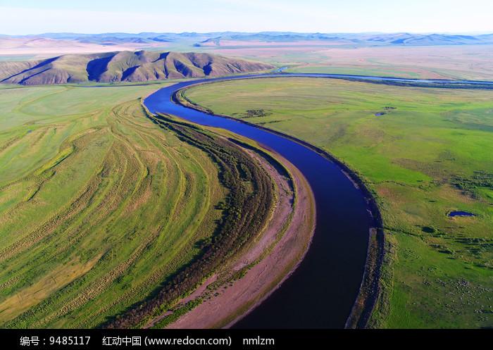 蓝色河流 绿色牧场 图片