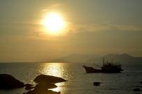 夕阳下归航的渔船