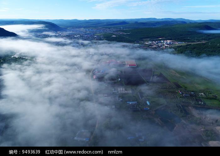 森林小镇云雾 图片