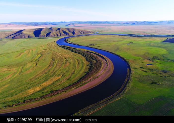 航拍草原之河图片