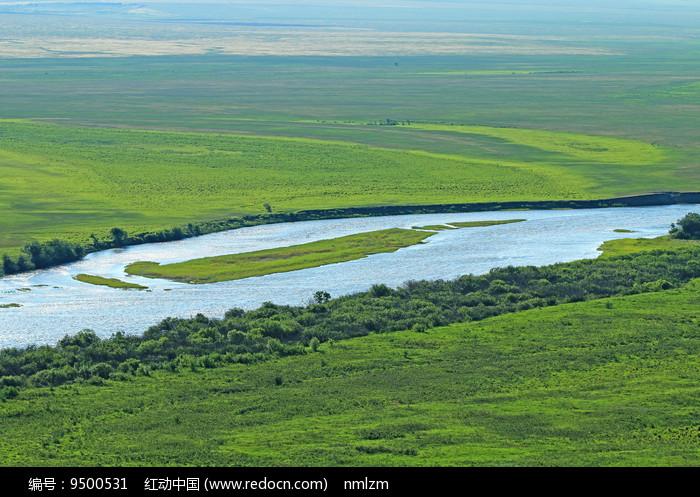 绿色的牧场 蓝色的河流 图片