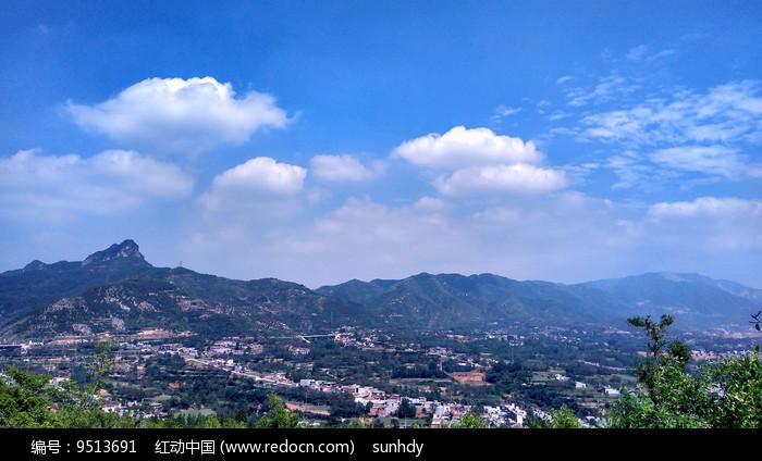 蓝天下的山村风景图图片