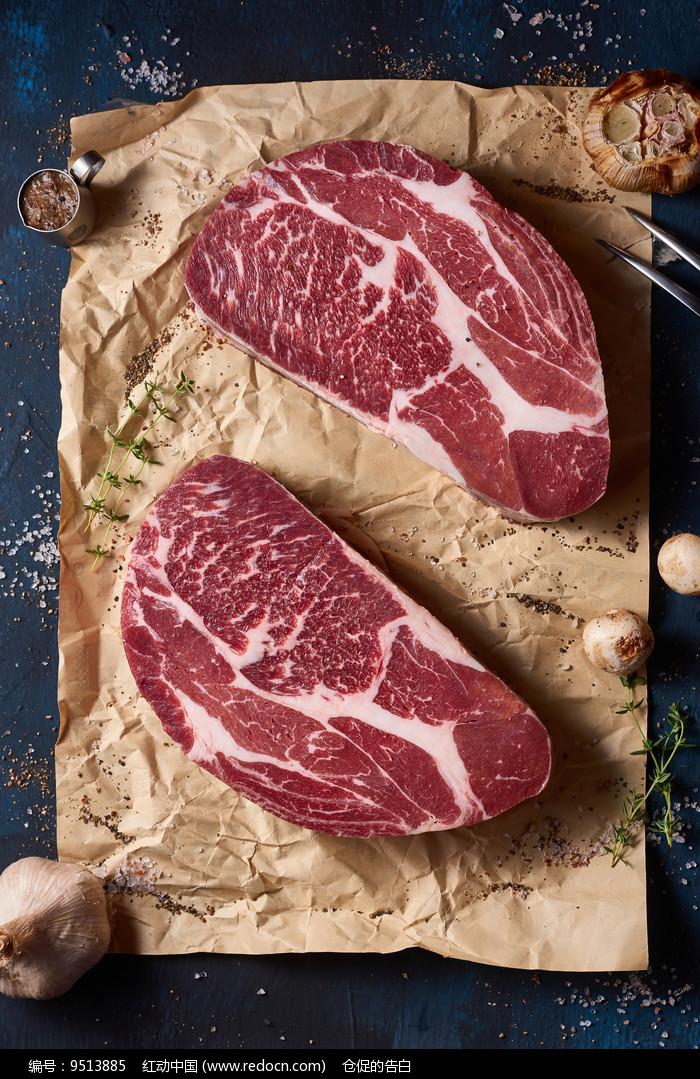 新鲜的雪花牛肉图片