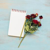 记事本与玫瑰花束