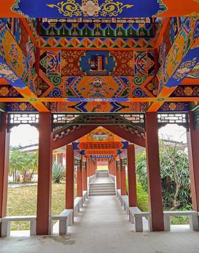 色彩鲜艳的仿古建筑长廊
