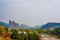 龙王塘水库观远处山谷住宅建筑