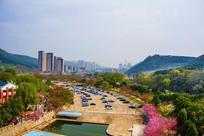 龙王塘水库河道与山峰建筑俯视