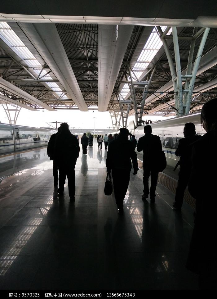 忙碌的赶火车的人们摄影图片