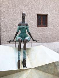 女性坐像铜雕