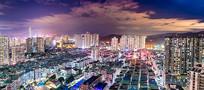 大片城中村为前景的城市夜景