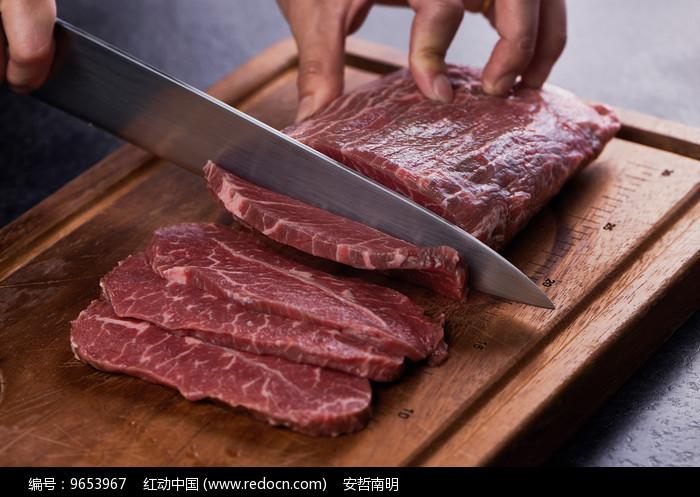 厨师切牛肉图片