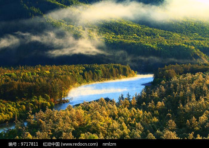 秋季林海河流云雾图片