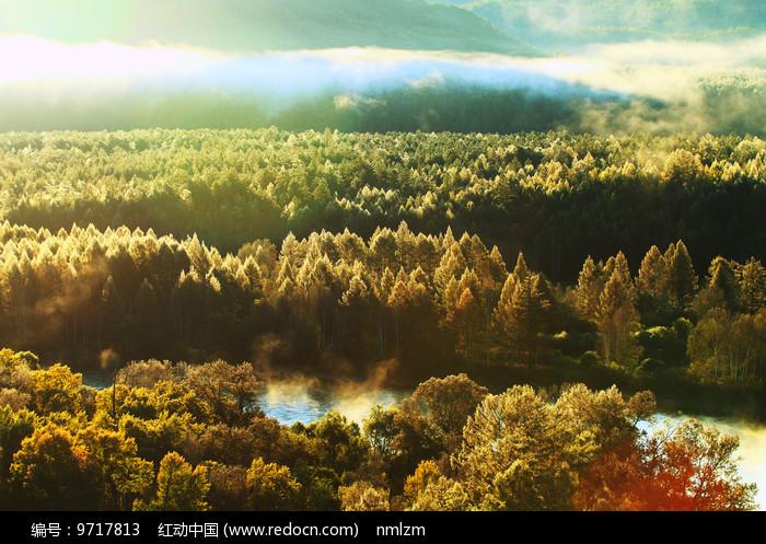 秋季森林河云雾风景图片