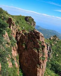 山岭边缘的陡崖
