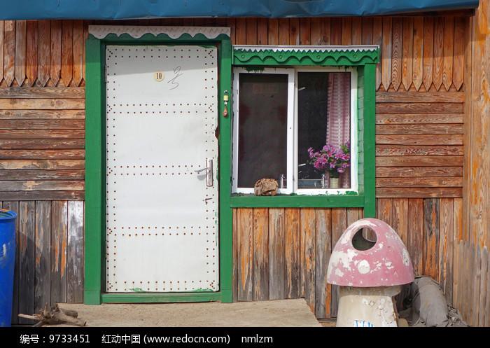 俄式木板木屋雕花的门窗 图片