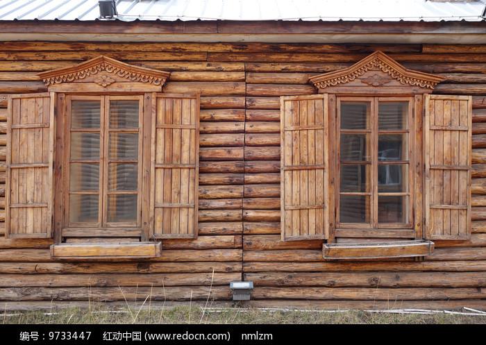 俄式木刻楞木屋雕花的窗户 图片