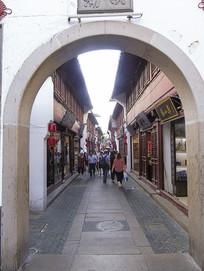 古镇商业街巷道摄影图