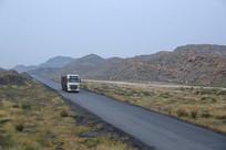 行驶在荒漠地带的大卡车