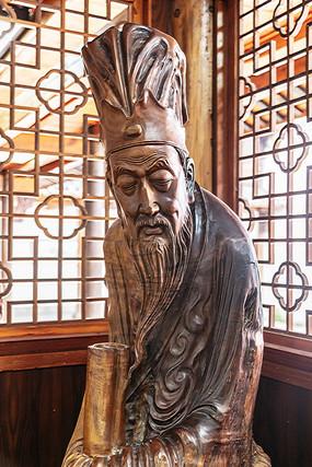 桃花潭景区古代圣贤的木雕塑像
