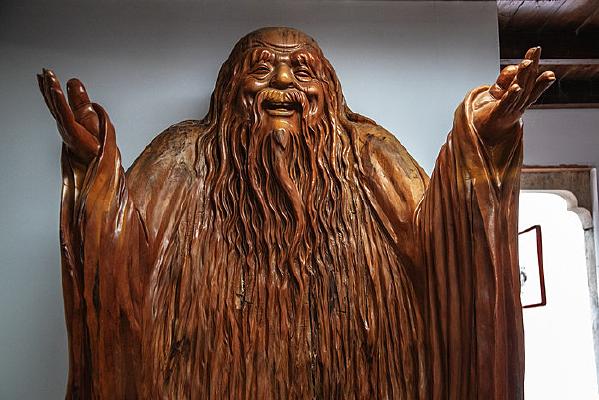 桃花潭景区老子的木雕像