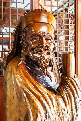 桃花潭景区木雕塑像的古代人物