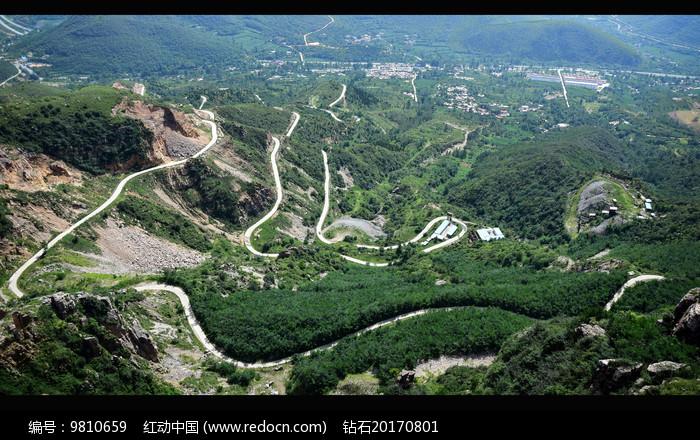山腰间的弯曲马路图片