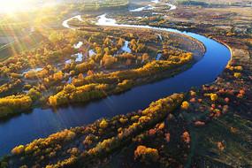 阳光下的河湾秋色