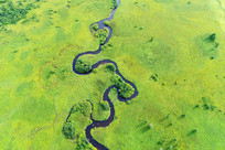 穿行在草甸上曲折的哈乌尔河