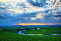 暮色中草原弯曲的河流