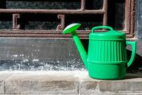 一个绿色的塑料洒水壶