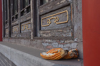 老式木门和玉米