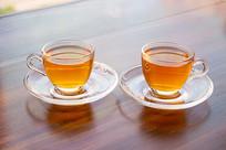 桌子上的两杯杯花茶