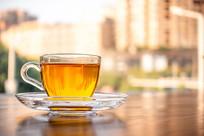 桌子上的一杯花茶