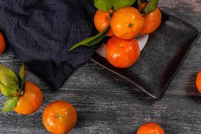 盘里的橘子俯拍