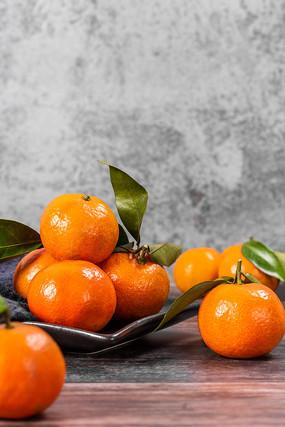 桌子上的橘子