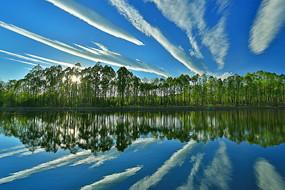 清澈湖水蓝天白云风景