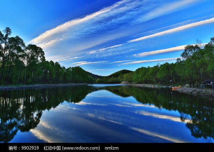 森林湖彩云风景图片