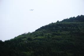 冷色调下阴雨中的山头和飞机