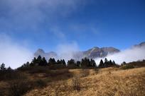 彭州云雾缭绕的三口锅山