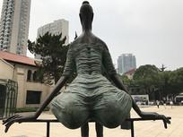 青铜雕女性背影
