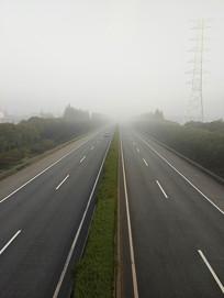 雾天高速路行车