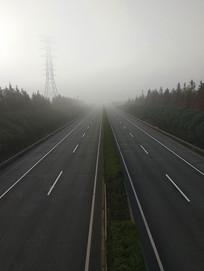 远处雾天高速路