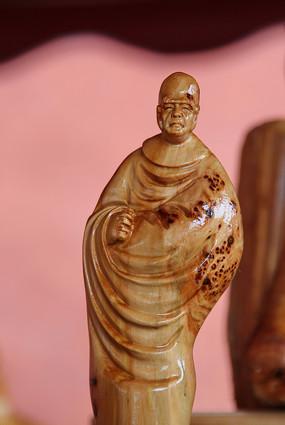 长袍和尚木雕像