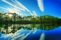 清澈湖水蓝天白云