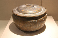蒙古牧民带盖铜锅