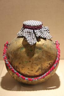蒙古牧民提绳铜壶