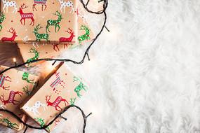 在白布上的圣诞节礼物