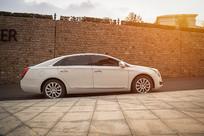 白色汽车侧面摄影