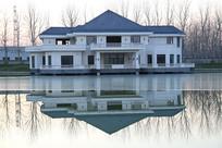 冬季别墅水中倒影