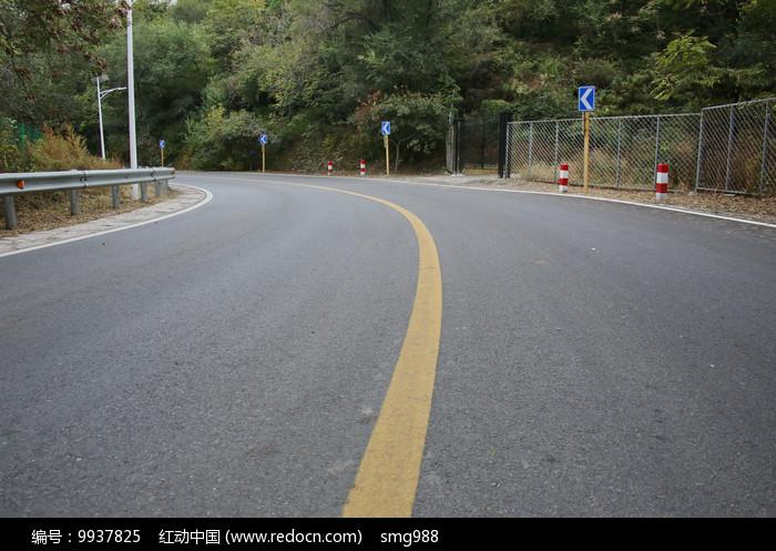 山区柏油马路图片